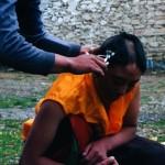 Une nonne se fait tondre les cheveux (Tashi Gönsar, Minyag, 2003)